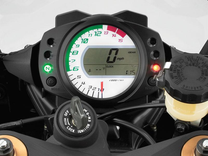 Электронный спидометр показывает скорость движения автомобиля на сенсорном датчике VSS (Vehicle Speed Sensor).